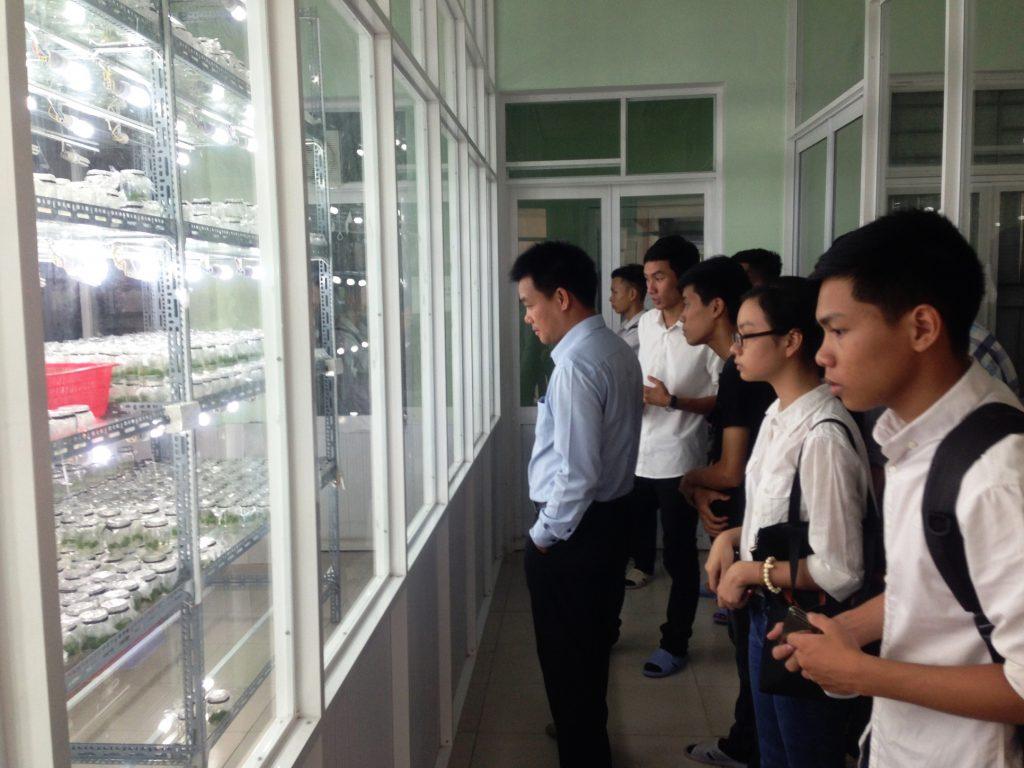 Cán bộ và sinh viên tham quan phòng nuôi cấy mô – Công ty Lâm nghiệp Tiền Phong