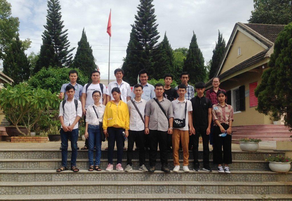 Cán bộ và sinh viên chụp hình lưu niệm với lãnh đạo công ty Lâm nghiệp Tiền Phong